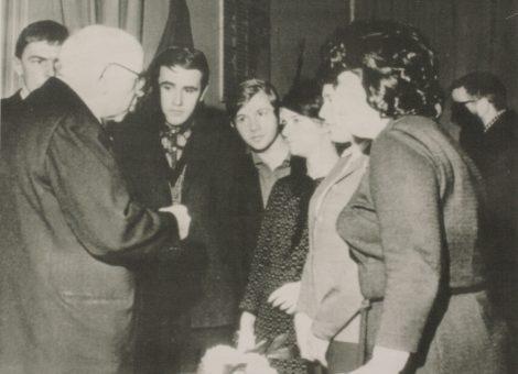 Один из активистов британского общества «Руки прочь от России» Эндрю Ротштейн среди членов общества «СССР Великобритания»