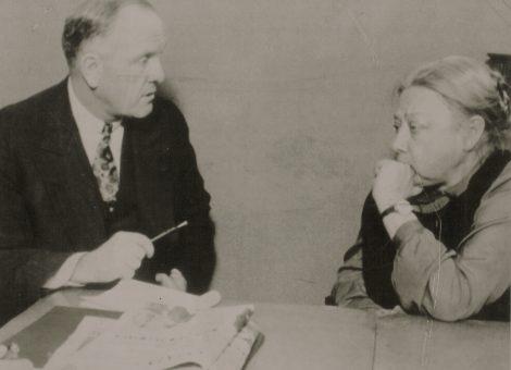 Н.К.Крупская беседует с американским экономистом, профессором Джонсоном. Москва, 1930 год.