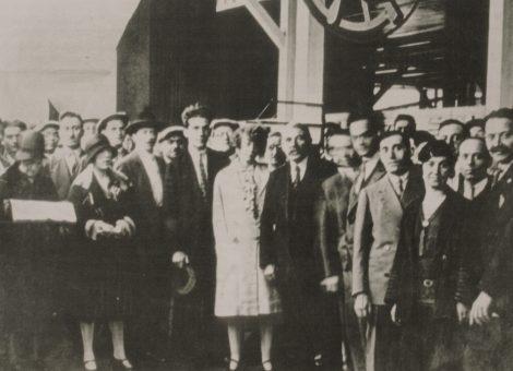 Делегаты Съезда друзей СССР во главе с Марселем Кашеном на выставке «Пятилетки СССР». Париж, 1930 год.