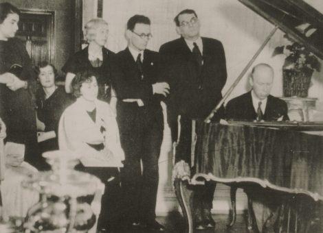Советский композитор Сергей Прокофьев играет в ВОКСе для участников шахматного турнира. Москва, 1935 год