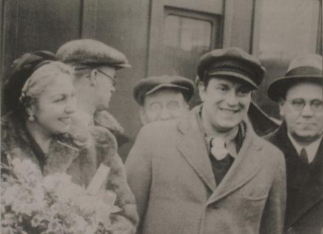 Известные испанские писатели Мария-Тереса Леон и Рафаэль Альберти с советским детским поэтом Самуилом Маршаком. 1937 год.