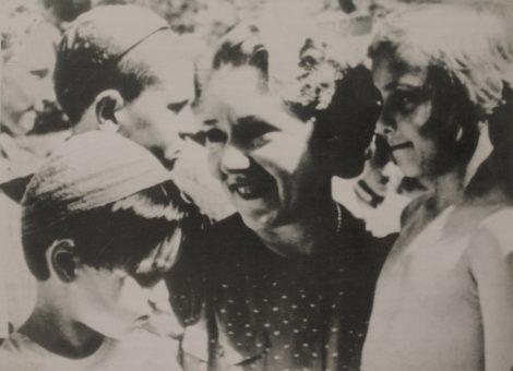 Знаменитая американская киноактриса Мэри Пикфорд в детском парке на Покровском бульваре. Москва, 1939 год.