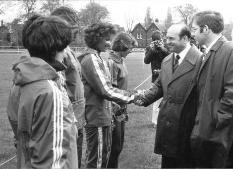 Заместитель председателя Ленгорисполкома и председатель ленинградского отделения Общества «СССР-Великобритания» И.А.Носиков приветствует манчестерских и ленинградских атлетов на стадионе в Стретфорде. Май 1977 год.