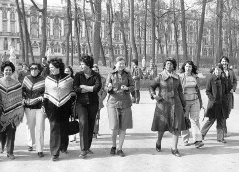 Группа кубинских женщин в Пушкине перед Екатерининским дворцом. Апрель 1983 год.