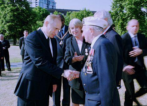 Владимир  Путин, секретарь британского общества по сотрудничеству в изучении России Джин Тернер и ветеран полярных конвоев Эрик Ейтс.